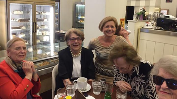 Συνάντηση με γυναίκες της πόλης στο ζαχαροπλαστείο ΕΛΛΗΝΙΚΟΝ
